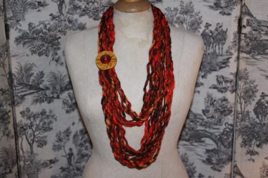 Original : collier (laine, fleur en tissu et bouton ancien)
