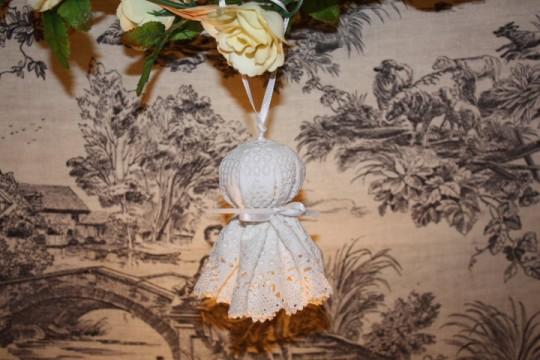 Pompon : création shabby en linge ancien