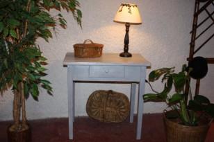 Petite table patinée gris bleu